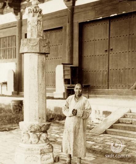"""山西五台山佛光寺位于五台县的佛光新村,距县城三十公里。因为此寺历史悠久,寺内佛教文物珍贵,故有""""亚洲佛光""""之称。寺内正殿即东大殿,于公元 857年建成。从建筑时间上说,它仅次于建于唐建中三年(公元 782年)的五台县南禅寺正殿,在全国现存的木结构建筑中居第二。"""