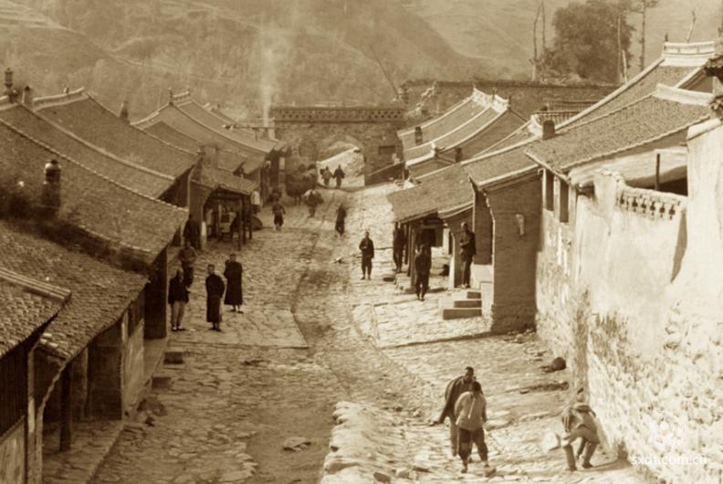 """台怀镇,位于山西省忻州市五台县的最北端,距五台县城一百六十二华里,是一个山环水绕,约有汉、满、蒙、藏四个民族近两千人口的秀丽山镇。台怀镇地处由五台山五大高峰东台、西台、南台、北台和中台形成的怀抱之中,故名""""台怀""""。在五台山,一人们把台怀地区(即现在的台怀乡)称为""""台内"""",其它地区则称""""台外""""。"""