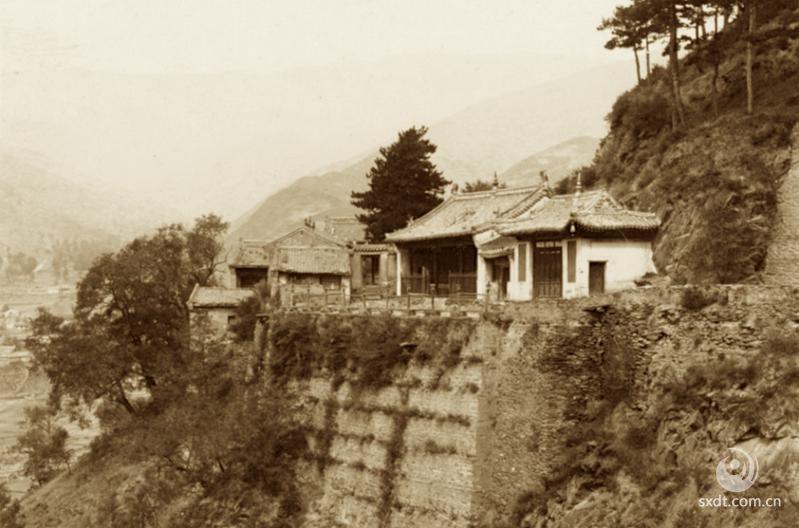 由于台怀镇有灵鹫峰和佛舍利,因此,历代以来,朝廷和佛教信徒纷纷于台怀镇及其附近修建寺庙,使这里形成了佛寺鳞次栉比、宝塔如林的五台山佛教中心区。五台山的佛教寺院,有一半以上集中在台怀镇。现在五台县共有寺庙四十多所,台怀镇及其附近就集中了三十所。