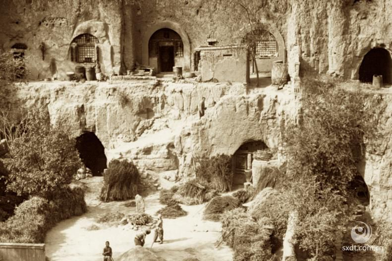 佛教传入五台山,普遍的说法始于东汉。永平十一年(68年),迦叶摩腾、竺法兰来到了五台山(当时叫清凉山)。由于山里很早就有阿育王的舍利塔,再加上五台山又是文殊菩萨演教和居住的地方,二人在此建寺。大孚灵鹫寺为中国最早的寺院,大孚灵鹫寺是显通寺的前身。