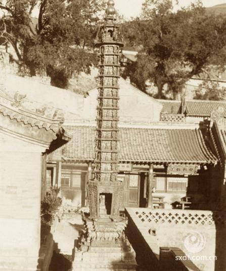 显通寺现存建筑为清代规模,寺宇占地约8万平方米,各种建筑400余间,且大多为明、清时期的建筑。殿堂、厢房布局严整,中轴线分明,配殿左右对称,中轴线上排列着水陆殿、大文殊殿、大雄宝殿、无量殿、千钵文殊殿、铜殿和后高殿等7座殿宇。铜殿铸于明万历三十八年(公元1610年),共用铜10万斤,是中国国内保存最好的铜殿之一。