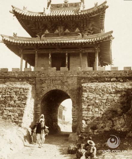 唐代,五台山佛教的发展出现了第二个高潮。这个期间据《古清凉传》,全山寺院多达三百所,有僧侣三千余人。此时的五台山,不仅是中国著名的佛教名山之一,而且是名符其实的佛教圣地了,被誉为中国佛教四大名山之首。这是五台山在中国佛教界取得统治地位的发端,也是五台山在封建统治者的利用和主持下,发展成为名山圣地的开始。