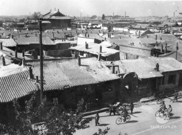 下华严寺周围的旧建筑,大西街餐厅荣美理发店对面,荣美理发店是当时大同的名牌