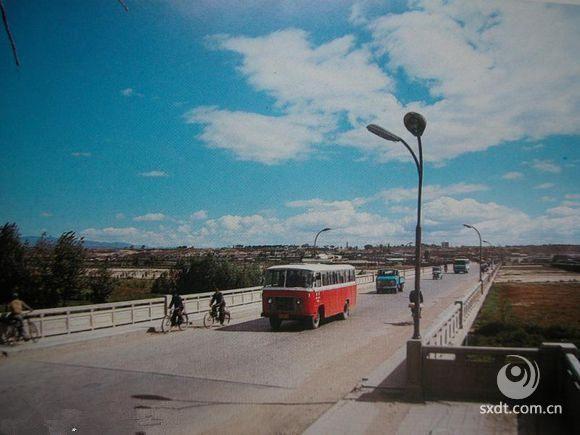 御河大桥上的无轨电车,天很蓝
