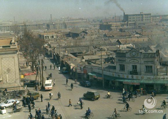 从供销社大楼上拍摄,拆除前的帅府街交叉路口。