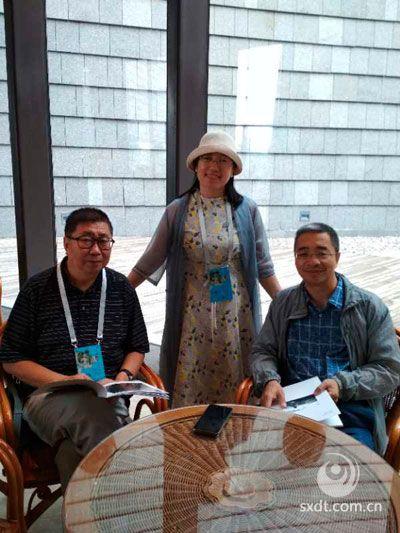 作者和尚永琪、张鹤泉教授,并赠送杨俊芳的个人画册