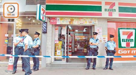 一名男子戴着口罩闯入香港深水埗一间便利店声称打劫并命令女店员将一万五千元港币(约合人民币13200元)转到他的微信账户