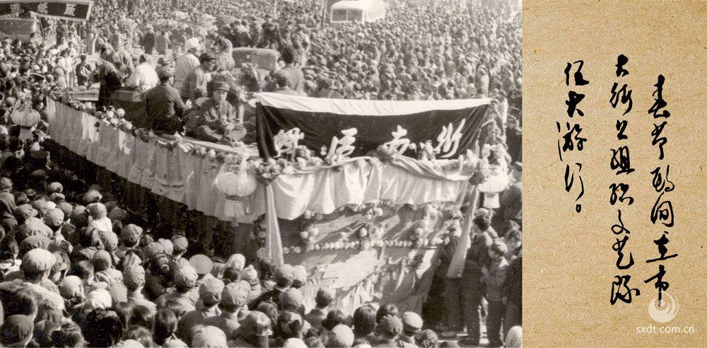 春节期间在市大街上组织文艺队伍大游行