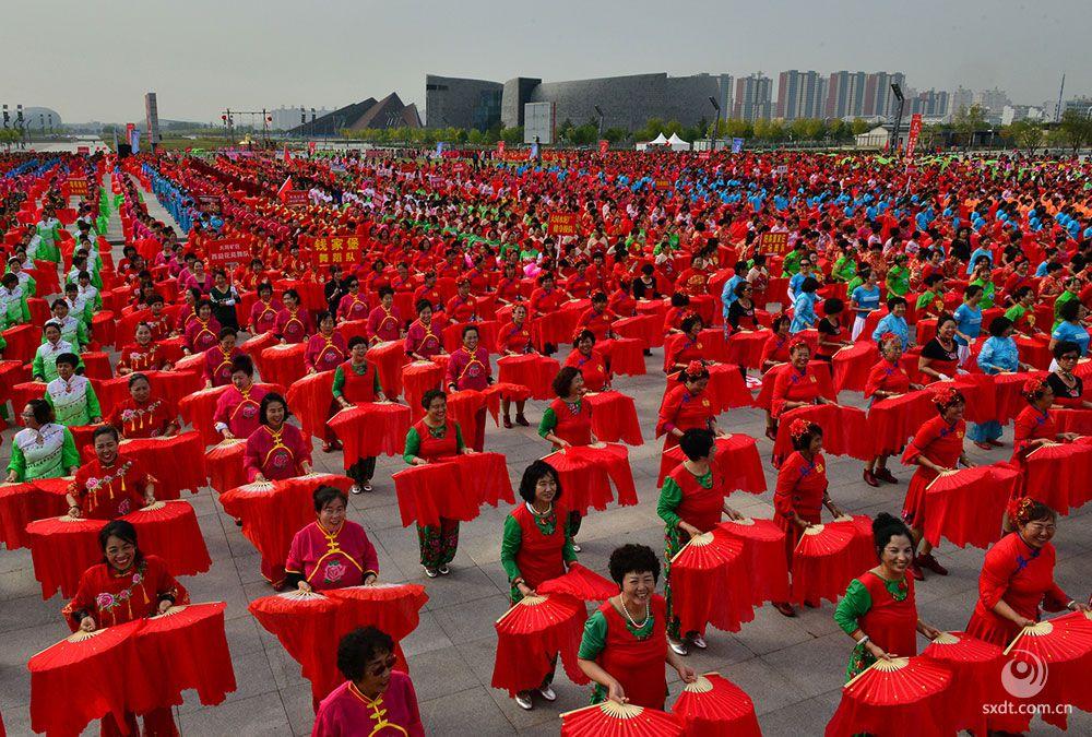 12000名广场舞爱好者相聚大同市御东广场,欢度国庆。  李毅摄
