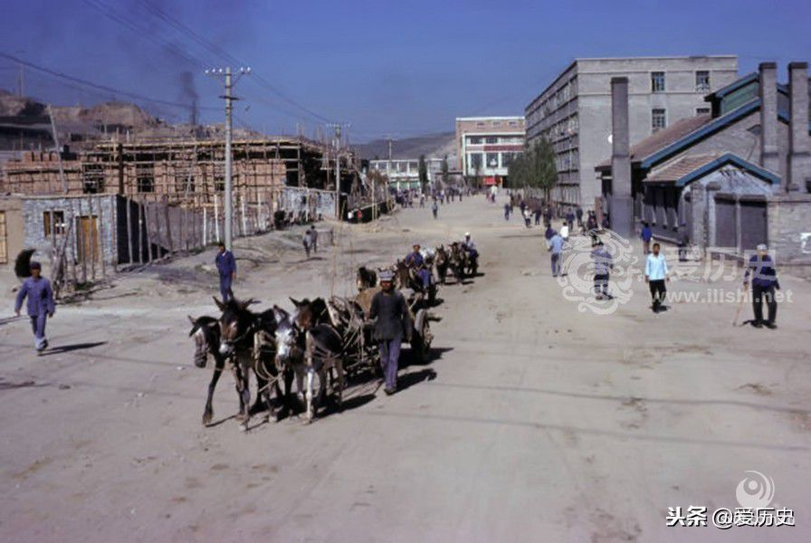 """这个时期中国的城市建设是按照苏联模式""""一厂一市""""进行建设,大同便是依托煤矿,城市的一切发展都以煤矿为中心。"""