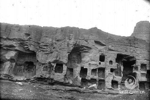 云冈石窟是我国最大的石窟之一,与敦煌莫高窟、洛阳龙门石窟和麦积山石窟并称为中国四大石窟艺术宝库。现存主要洞窟51个,造像5100余尊,最高的17米,最小的仅有几厘米,各类造像形象生动活泼,姿态飘逸隽秀。