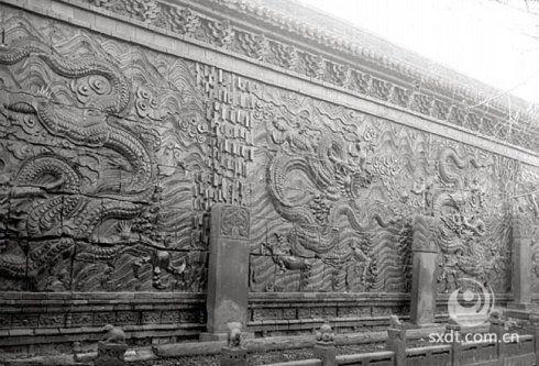 大同九龙壁位于中国山西省大同市和阳街,建于明洪武年间,原为明太祖朱元璋第十三子朱桂的代王府的照壁。大同九龙壁是中国现存九龙壁中建筑年代最早、最大的一座,比北京故宫和北海的九龙壁早三百余年,大小约是北海的九龙壁的两倍。
