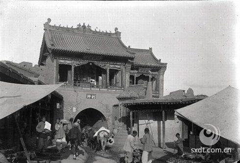 """大同城筑邑历史悠久,早在作为北魏拓跋氏的都城的时候,就已经修筑有规模宏大的城池。明、清时期,特别是明代,大同是以军事重镇而扬名四海。由于它在北部边防中占据十分重要的地位,在多次的 军事斗争中发挥了重要作用,即所谓""""屏全晋而拱神京""""。再加之其 布防之严密,设施之坚固,建筑之高大,在我国古代城防建设史上也属少见。囚此,一直享有""""巍然重镇""""和""""北方锁钥""""之誉。"""