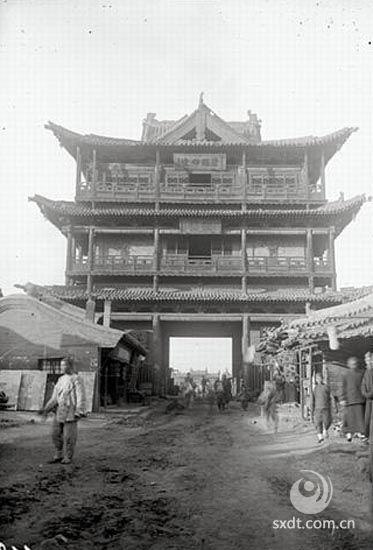 大同城的鼓楼,为一座三重檐十字歇山顶过街楼阁式建筑。大同鼓楼位于城区大南街南段,始建于明代,清代多次修缮,是明清楼阁式建筑的代表。