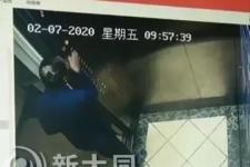 五州帝景一老人往电梯按钮涂抹唾液视频情况说明